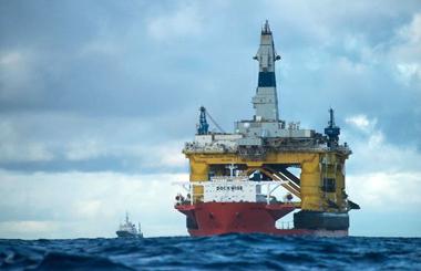 Платформа Shell, на заднем плане - корабль Esperanza, на котором приплыли активисты Гринпис